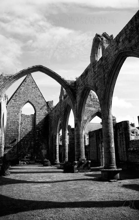 Notre-Dame du Mûrier в Batz-sur-Mer руины готического храма тени на земле автор Демидов Игорь