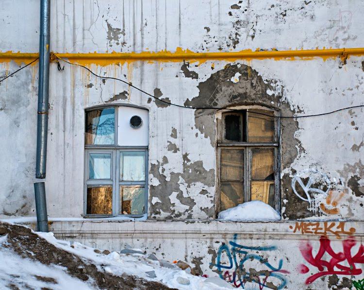 серые обшарпаные стены яркие граффити грязный снег отраженья солнца яркая жёлтая труба автор Демидов Игорь yellow pipe dirty snow graffiti windows