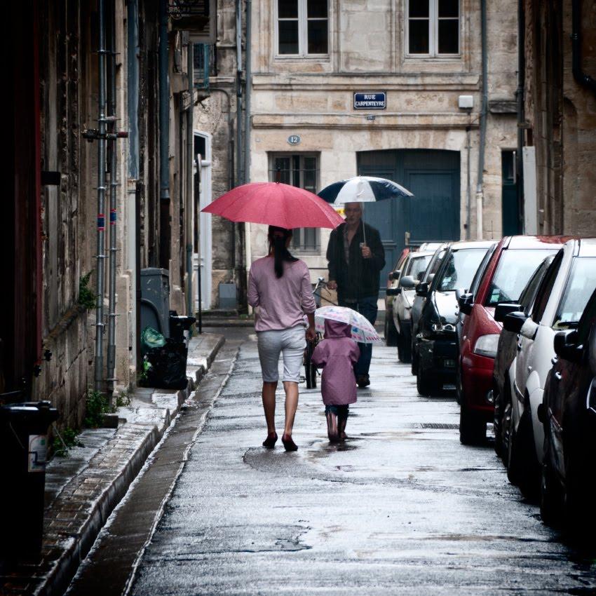 three umbrellas under rain in narrow Bordeaux street три зонтика в узком переулке в дождь автор Демидов Игорь
