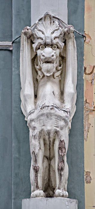 Горгулья старая облезшая каменная статуя зомби автор Демидов Игорь dead gargoyle stone statue ols rusty
