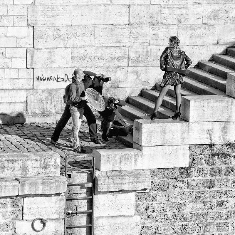 девушка позирует трем фотографам объективы направлены на неё Париж Сена набережная автор Демидов Игорь girl posing on Seina enbankment for three photogrphers