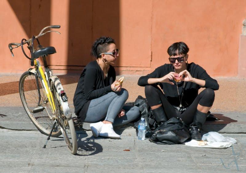 две неформально одетые девушки перекусывают на улице сидя на тротуаре автор Демидов Игорь two undeground - looking girls eating snack on the street