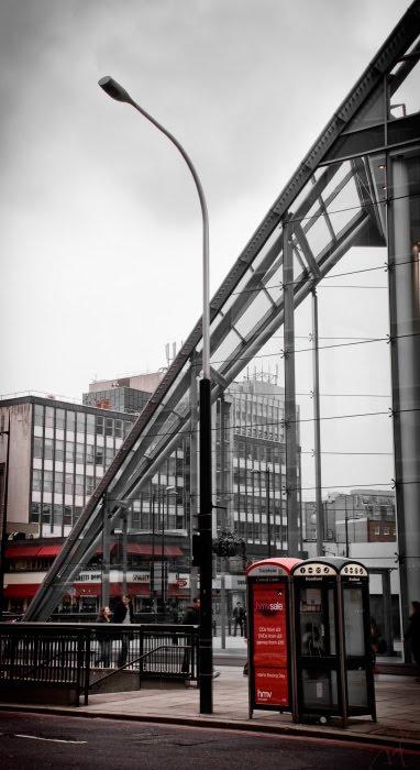 красный чёрный таксофон телефонная будка металл Лондон улица фонарь red black call box London street lamp автор Демидов Игорь