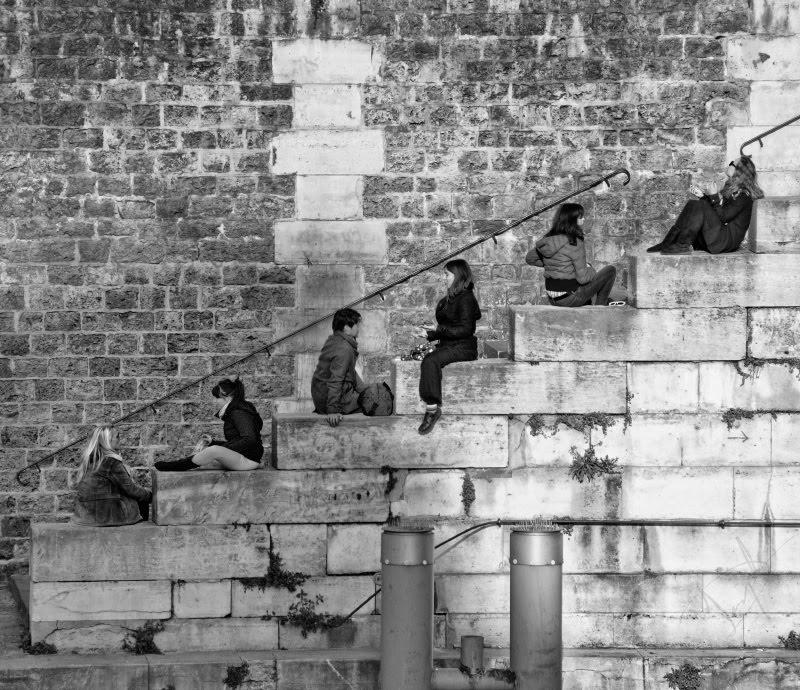 Люди сидят по диагонали на берегу Сены разговаривают автор Демидов Игорь people diagonal sitting on river bank in the evening