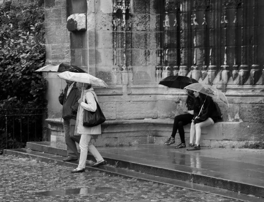 some people leave some stay under rain with umbrellas кто-то уходит а кто-то остается под зонтиками в дождь автор Демидов Игорь