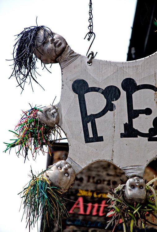 Крашеные головы кукл на вывеске магазина автор фото Демидов Игорь dolls heads on the shop signboard