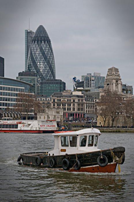 Буксир Корнишон Лондон Сити Фостерс башня стеклянная корабль Темза автор Демидов Игорь Thames tug boat Thames cornichon Fosters