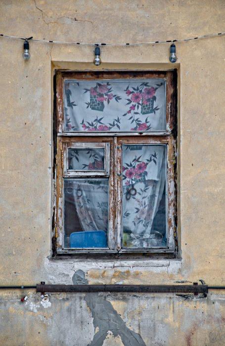 цветы на занавесках в проыинциальном окне гирлянда из ламп автор Демидов Игорь window with flowers on curtains and lights