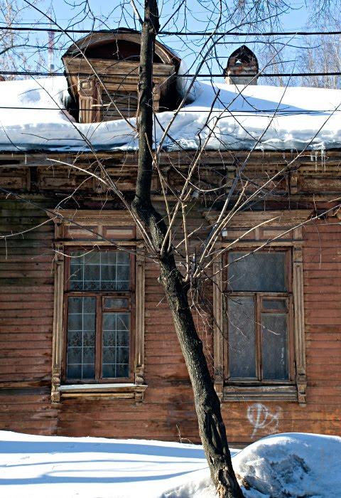 окно сугроб зима деревянный дом деревцо чердак Нижний Новгород автор Демидов Игорь wooden house windows treee winter snow