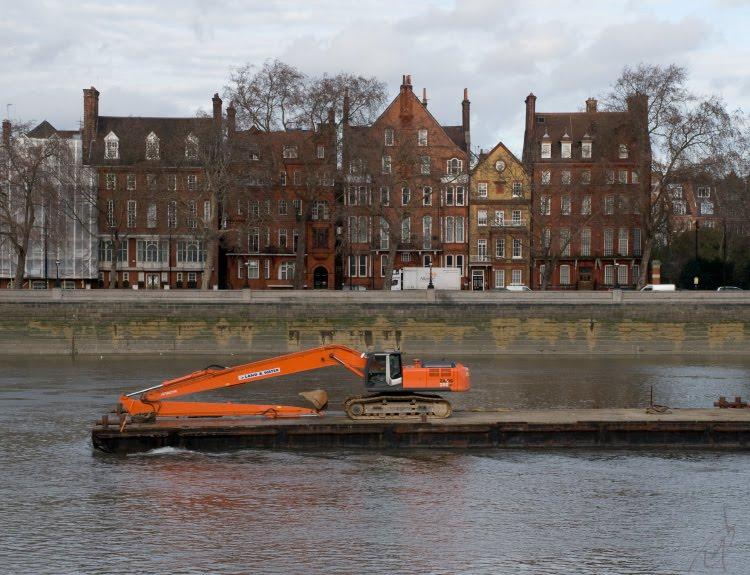 оранжевый эскаватор плывёт по Темзе домики стоят в ряд автор Демидов Игорь orange excavator sailing Thamse