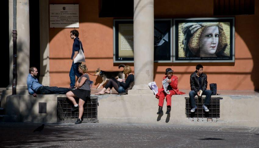 люди сидящие на ступенях пинакотеки в Болонье собака гуляет people sitting on the stairs of pinacoteca