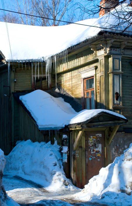 деревянный дом крыльцо солнце сосульки Нижний Новгород автор Демидов Игорь icicles porch wooden house winter sunny day