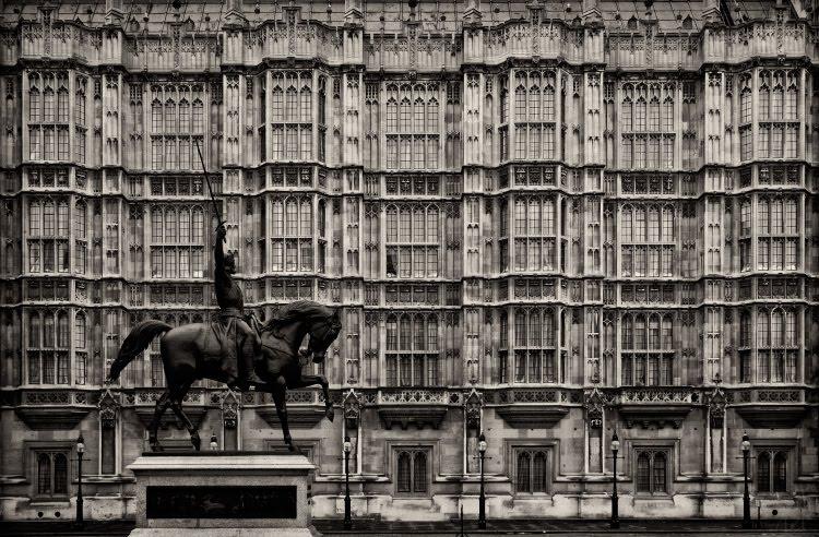 Наездник всадник окна каменные стрельчатые Лондон Великобритания здание парламента автор демидов Игорь rider window texture London Parlament