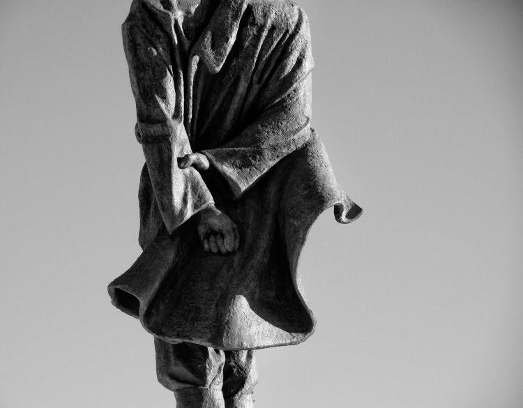памятник Максиму Горькому в Нижнем Новгороде сжатый кулак и рука автор фото Демидов Игорь maxim gorky monument in nizhny novgorod fist