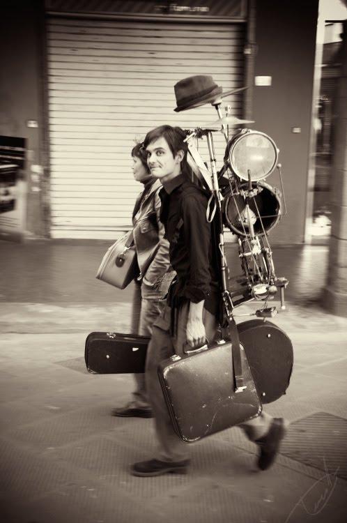 orchestra man walking along the streets of Pizza человек- оркестр идёт по улицам Пизы автор Демидов Игорь