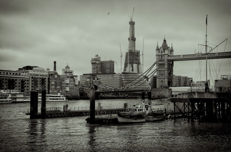 Доки Катарины Лондон Темза мост Тауэрский корабль автор Демидов Игорь London Thames Katharine docks ship tower bridge