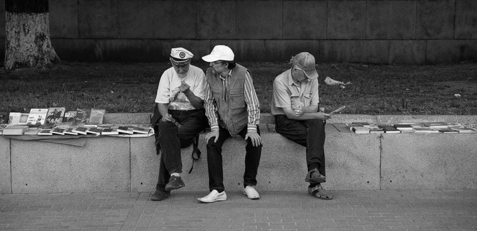 Вечерняя беседа букинистов у бибилиотеки имени Ленина evening talks of second hand book sellers автор Демидов Игорь