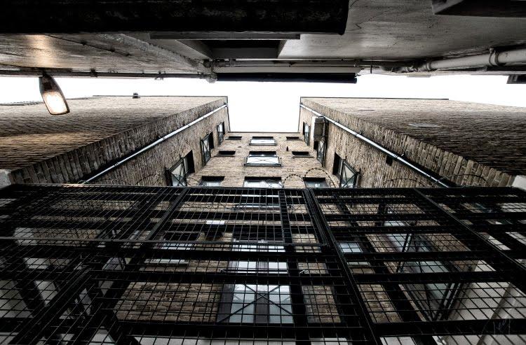 Дом забор колючая проволока частная собственность решётка стена кирпич автор Демидов Игорь private property fence walls brick barbed wire