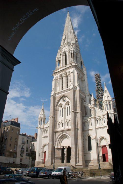 Светлый готический храм тёмная подворотня Нант Nantes, Eglise St. Nicolas автор Демидов Игорь
