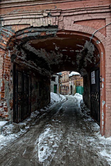 мрачная подворотня красного кирпича лёд зима труба автор Демидов Игорь red brick gateway ice snow winter