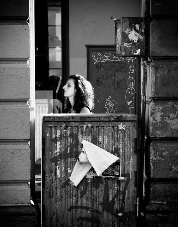 Девушка идущая за квадратами и прямоугольниками городских железяк автор Демидов Игорь girl walking beyond the squares of  urban iron boxes