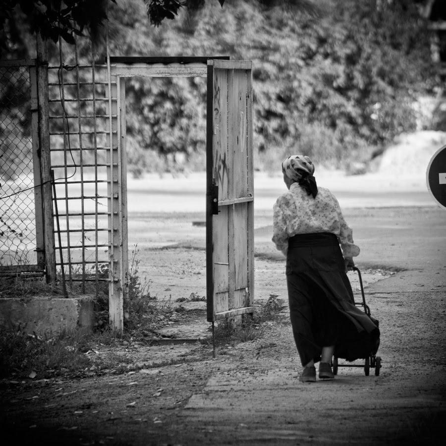 Old woman opened door street старушка улица открытая дверь в никуда автор Демидов Игорь