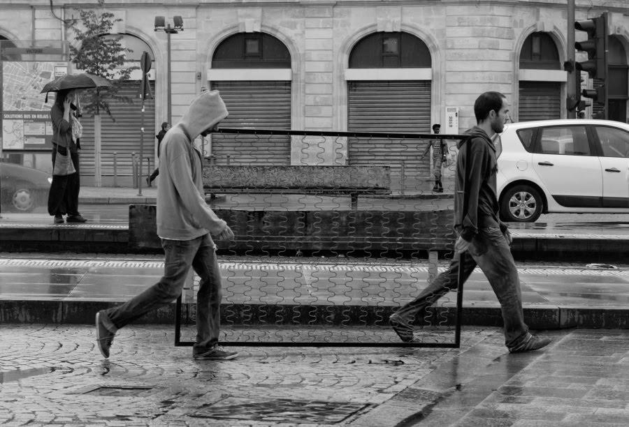 Two guys bearing old spring matters under rain in Bordeaux два парня тащят пружинный матрас под дождем в Бордо автор Демидов Игорь