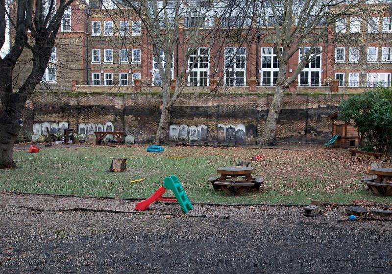 кладбище могилы забор площадка детская велосипед качели автор демидов Игорь London East End cemetery playground children