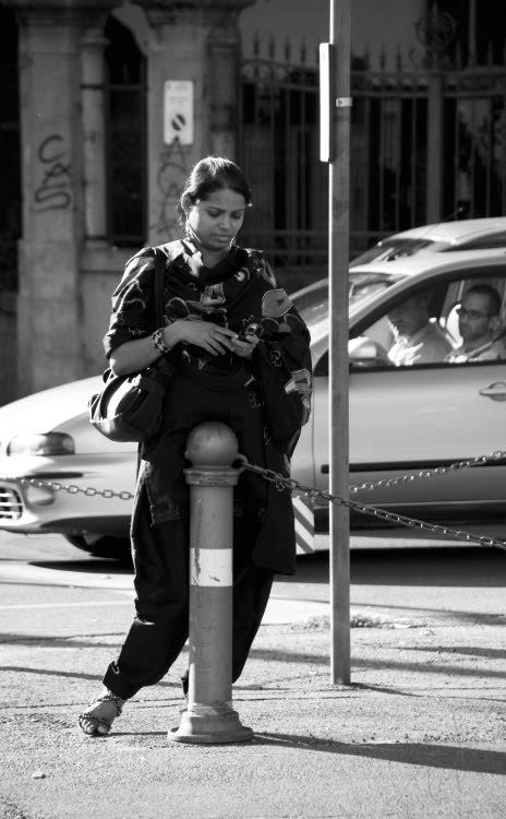 Восточная женщина (индианка) на бирает смс на улице автор Демидов Игорь Indian woman writing SMS on the street