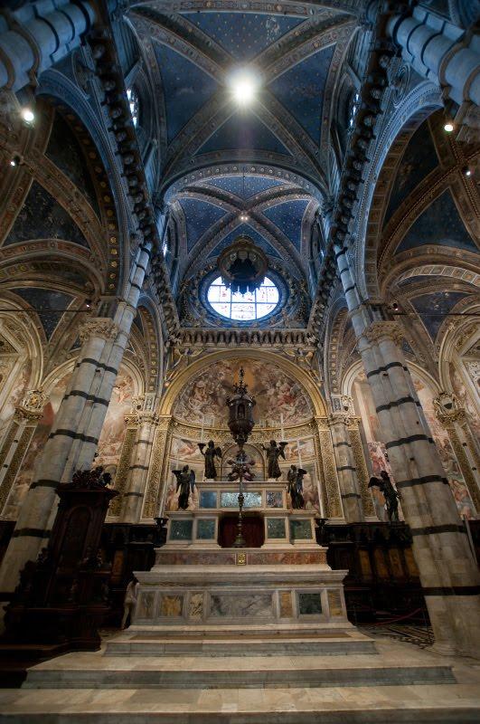 Вид на главный алтарь кафедрального собора Сиены  Siena cathedral main  altar view