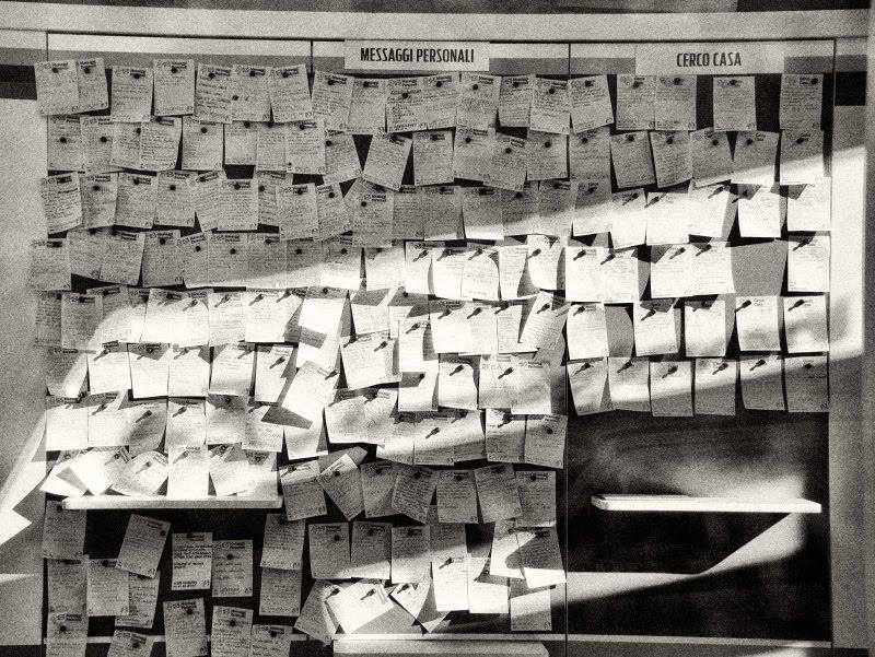 много маленьких бумажных записочек на стене автор фото Демидов Игорь  many small paper notes on the wall