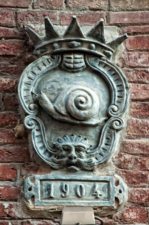 Siena snail totem wall statue Contrada символ контрады в Сиее улитка автор фото Демидов Игорь