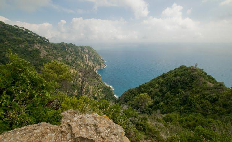 зелёные горы жёлтые скалы бирюзовое море сиреневое небо автор Демидов Игорь mountain rocks sea cliffs
