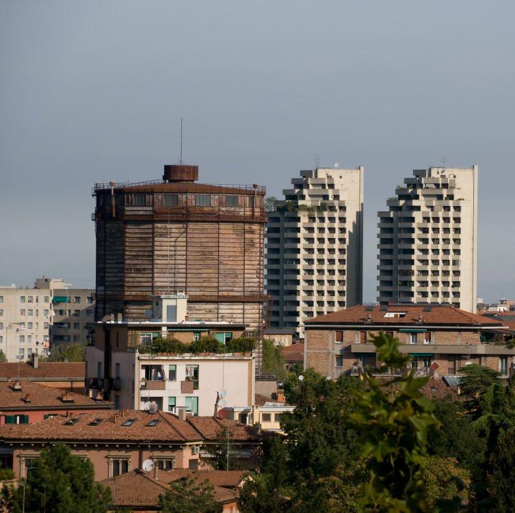 Болонья новые жилые дома и старая ржавая башня автор Демидов Игорь Bologna new buildings and old rusty tower
