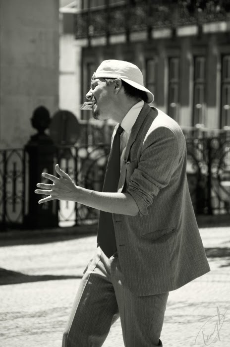 Счастливый мужчина танцует в пиджаке и кепке на улице автор Демидов Игорь happy man dancing in a jacket on the street
