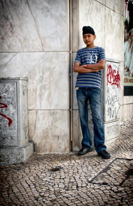 Мальчик скучающий внимательно высматривает жертву автор Демидов Игорь bored boy waiting for turist idler