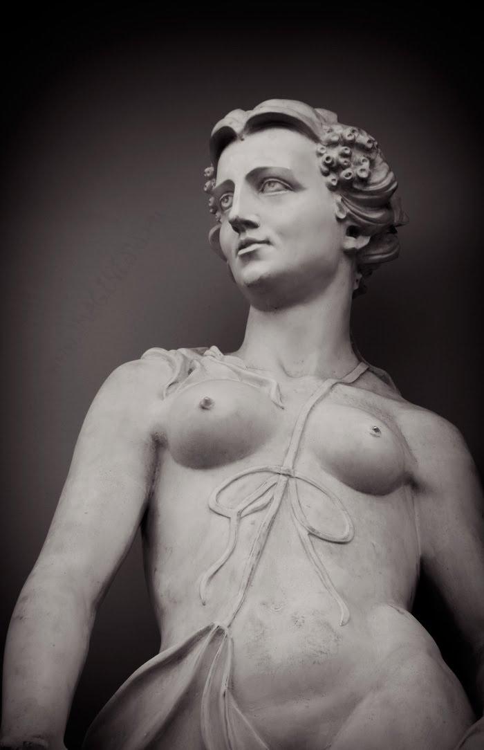 statue woman with bow статуя женщины с высокой грудью и бантом автор Демидов Игорь