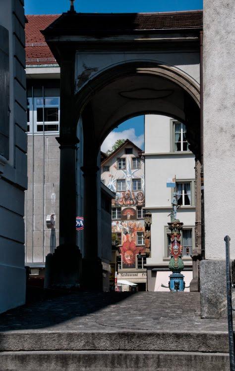 Люцерн арка граффити прохожие автор Демидов Игорь Luzern arch graffiti