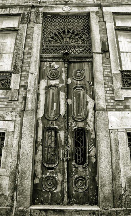 Очень старая дверь в подъезд изящная резная витая облезлая автор Демидов Игорь very old ancient door
