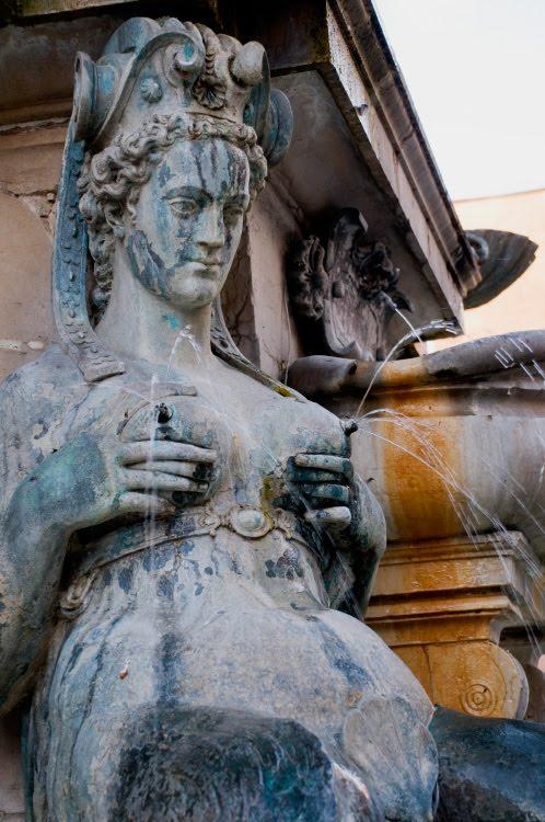 statue of woman with naked tits and fountains of water from them статуя нескромной женщины с фонтанами из грудей Болонья Италия автор фото Демидов Игорь