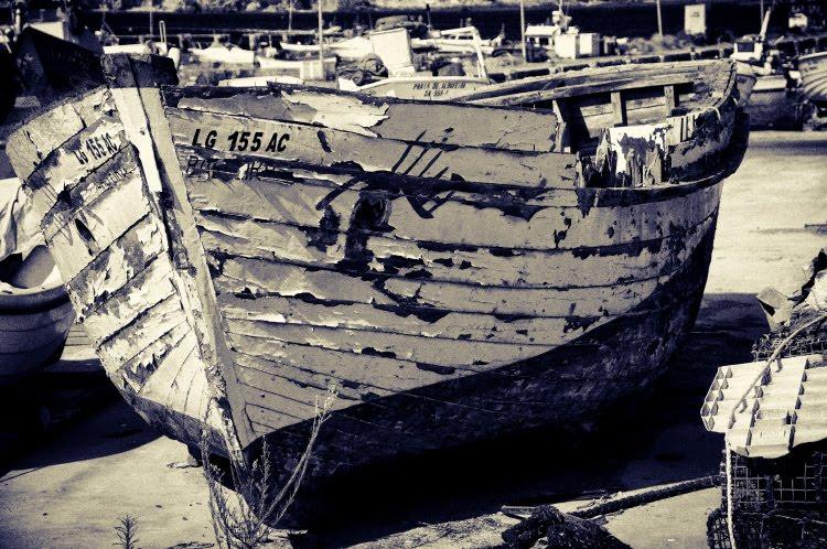 старая гнилая дырявая рыбацкая лодка автор демидов Игорь old rotten fisherman boat