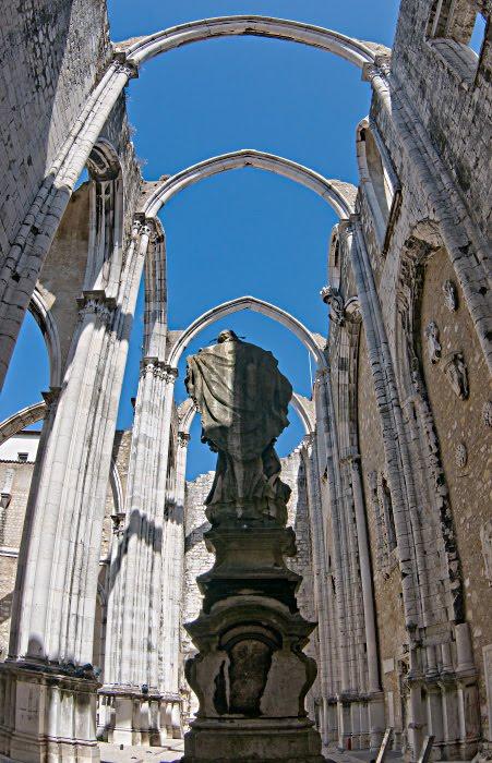 Разрушеный крам Кармелитов в Лиссабоне стрельчатые арки синее небо фигура христа автор Демидов Игорь Carmelite monastery ruins Christian Lisbon