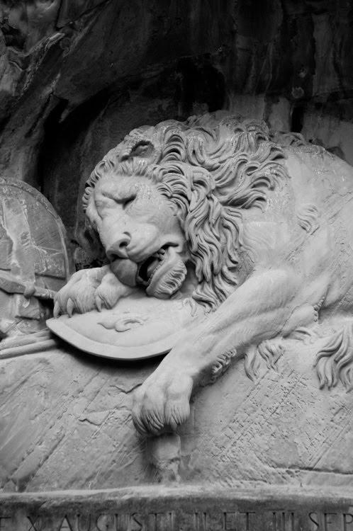 Люцерна памятник умирающий лев швейцарским гвардейцам и Аслану из Нарнии автор фото Демидов Игорь Lucerne monument to Swiss guardian dying lion Aslan Narnia