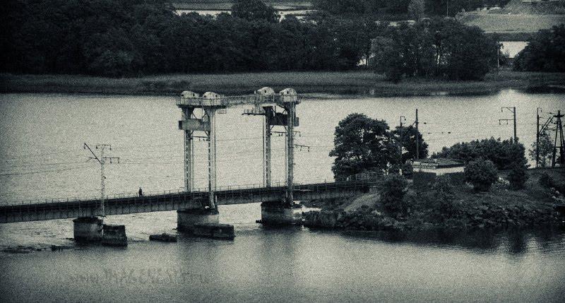lonely man on the long railway bridge одинокий человек идёт по доинному железнодорожному мосту автор Демидов Игорь