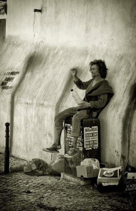 Б.О.М.Ж бомж сидит с бутылкой в кедах бродяга автор Демидов Игорь vagrant vaga bond with a bottle