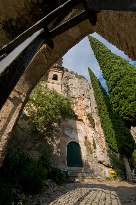 храм в горах Тойрано вход в пещеру внутри автор Демидов Игорь mountain church Toirano cave entrance inside