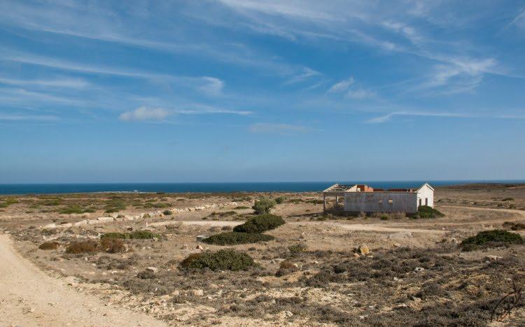 rancho Sagres Portugal Ocean dry grass Португалия Сагреш покинутое ранчо трава сухая океан равнина автор Демидов Игорь