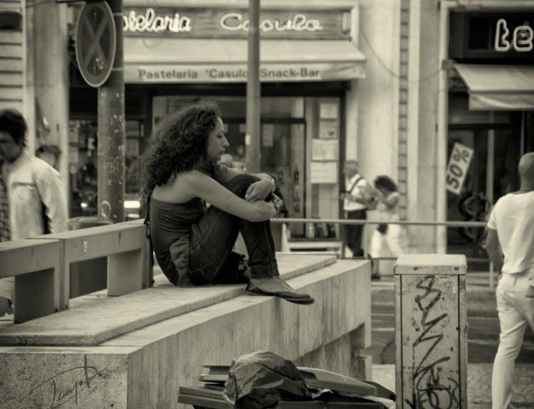 девушка сидит в одиночестве посреди площади и людей автор Демидов Игорь girl sitting alone in the middle of the square and people