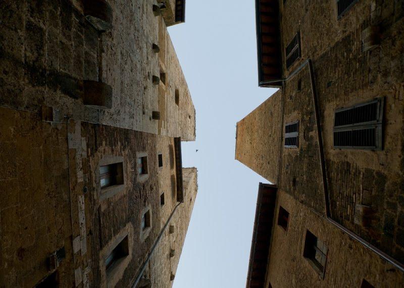 Узкая улица стены близко башни высокие камни средневековья автор Демидов Игорь narrow streets close walls high towers San Gimignano