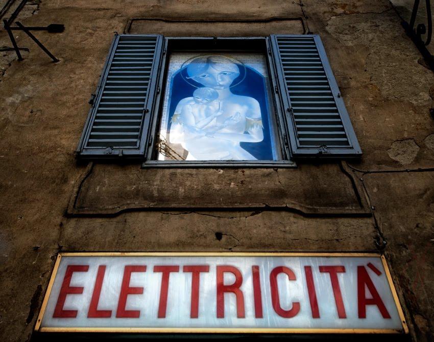 Madonna Elettricita at Siena street Электрическая мадонна - картина по металлу, висящая над магазином электротоваров в Сиене. автор Демидов Игорь